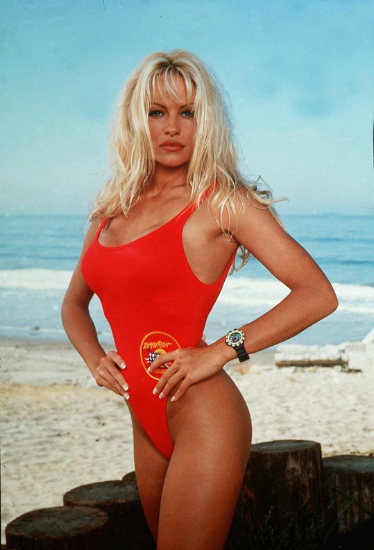 Pamela Anderson zazářila v 90. letech v seriálu Pobřežní hlídka.