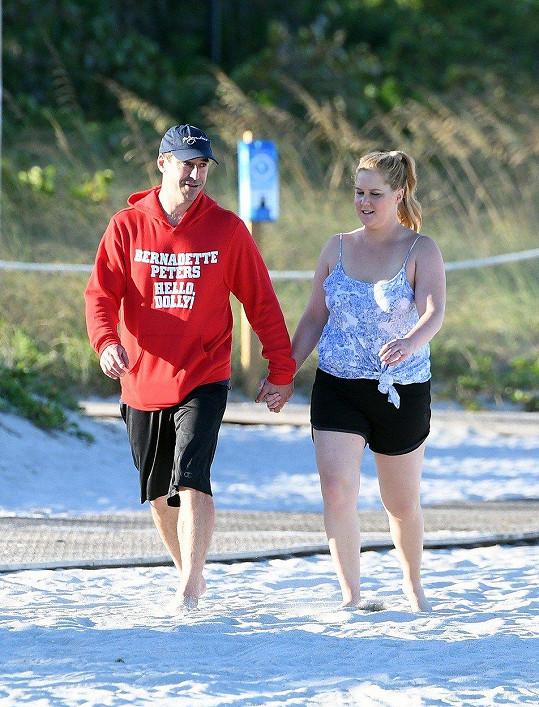 Amy čeká první dítě s manželem Chrisem Fisherem.