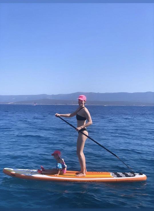 Lucie si užívá vodních sportů.
