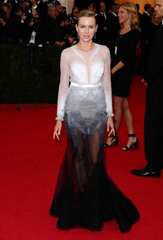 Černá, nebo bílá labuť? Tuhle otázku jsme si položili, když jsme Naomi Watts spatřili v šatech Givenchy Couture tvořených jemnými sklady, které se barevně přelévaly z bílé do černé.