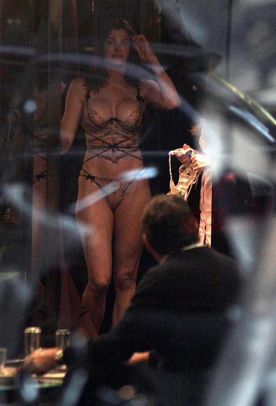 Stephanie Seymour v prodejně luxusního spodního prádla