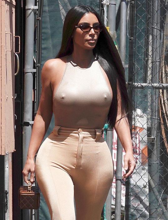 Kim Kardashian ráda chodí bez podprsenky.