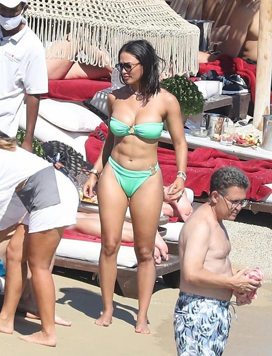 Na pláži na ostrově Mykonos byl se svou o 21 let mladší přítelkyní.