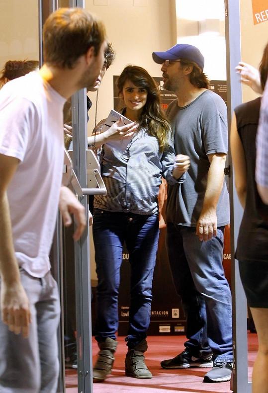 Herečka navštívila divadlo s manželem Javierem Bardemem.