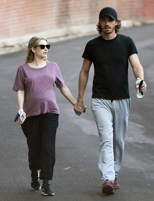 Emma Roberts to má už za pár. S partnerem Garrettem Hedlundem se těší na první miminko.
