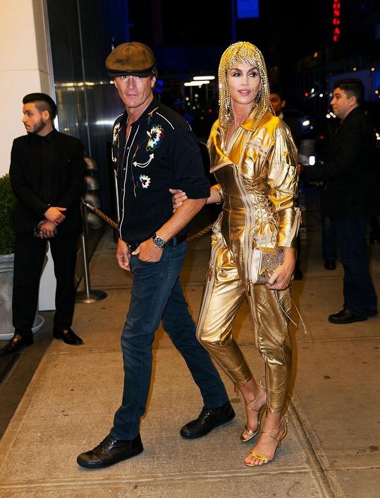 Rodiče na oslavě nemohli chybět. Cindy Crawford dorazila převlečená za Cher.