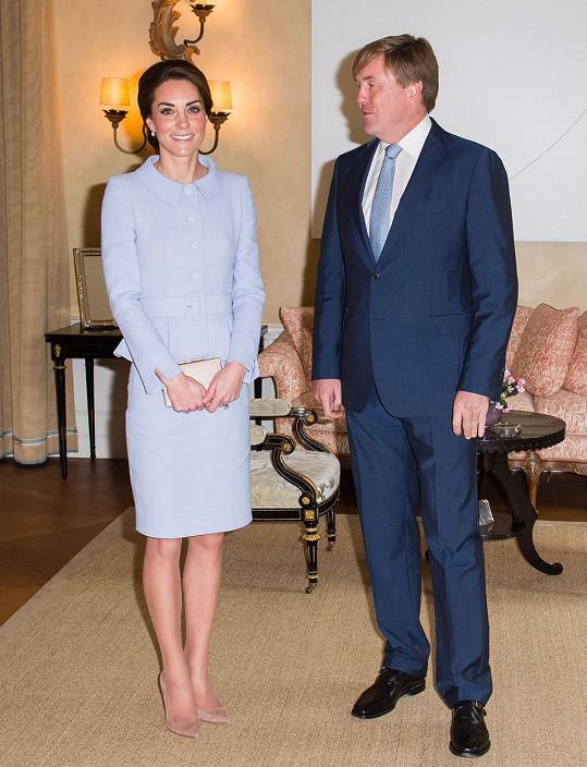 Kate na své první oficiální zahraniční cestě bez manžela navštívila nizozemského krále.