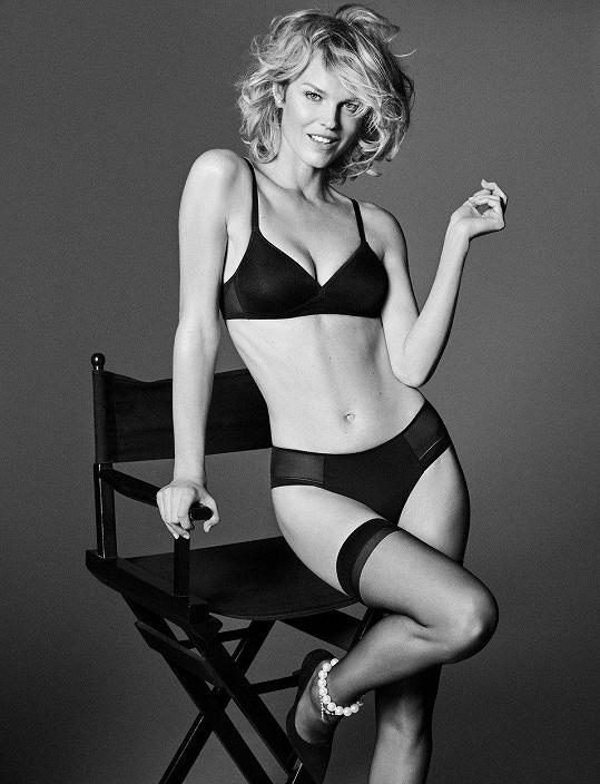 Eva Herzigová představuje novou kampaň na spodní prádlo.