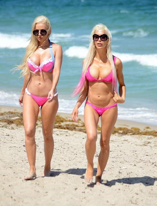 Modelka Ana Braga a hvězda Big Brothera Frenchy (vlevo) vyrazily na pláž.
