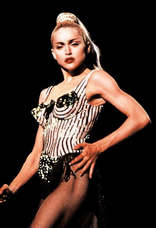 Madonna v Gaultierově modelu během turné Blonde Ambition. Tento korzet se stal ikonickou záležitostí.