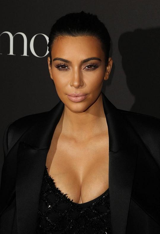 Kim předvedla hluboký dekolt.