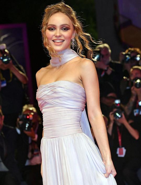 Lily-Rose Depp do Benátek přijela s filmem The King, který je jejím sedmým a další natáčí.