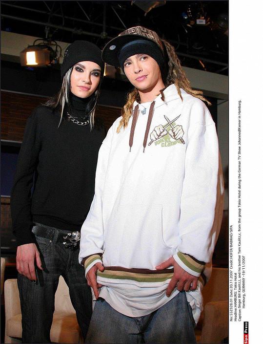 Tom Kaulitz (vpravo) se proslavil v kapele Tokio Hotel. Na snímku z roku 2007 se svým dvojčetem, zpěvákem Billem Kaulitzem