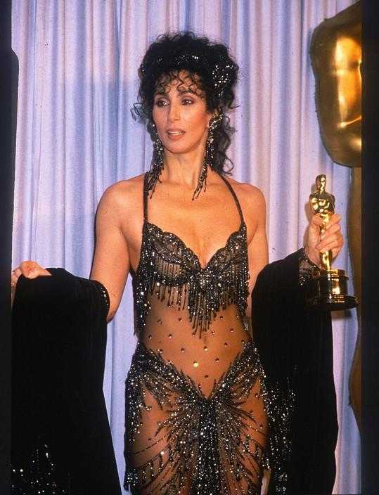 V tomto průsvitném outfitu si Cher v roce 1988 přišla pro Oscara.
