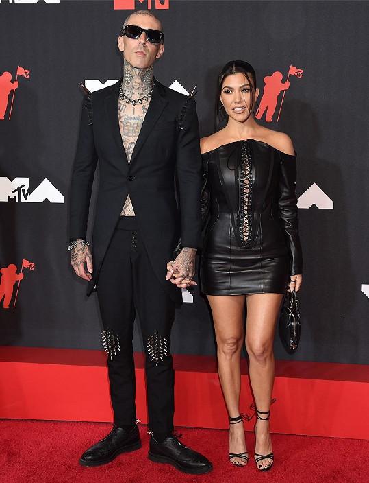 Kourtney Kardashian a Travis Barker se sladili do černé.