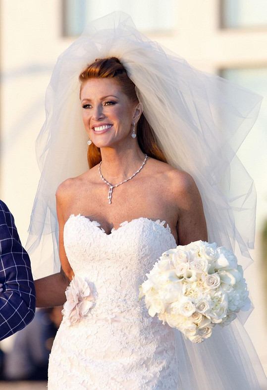 Angie oblékla ve 45 letech svatební šaty.