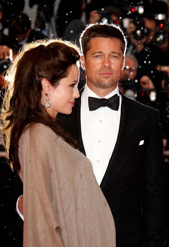 Na festivalu v Cannes v roce 2008, kdy byla Angelina těhotná s dvojčaty Knoxem a Vivienne.
