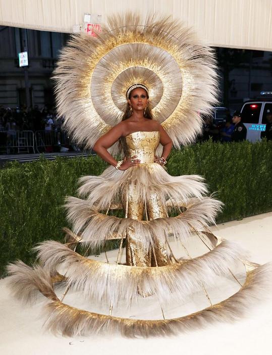 Extravaganci předvedla modelka Iman v modelu návrhářky Harris Reed