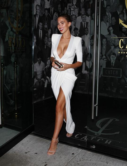 Lákala je na odvážné bílé šaty.