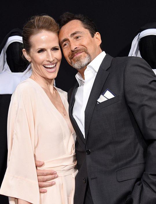 Stefanie Sherk s manželem Demianem Bichirem na premiéře filmu Sestra