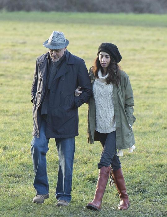 Clooneyho žena Amal se snaží maskovat těhotenské bříško.