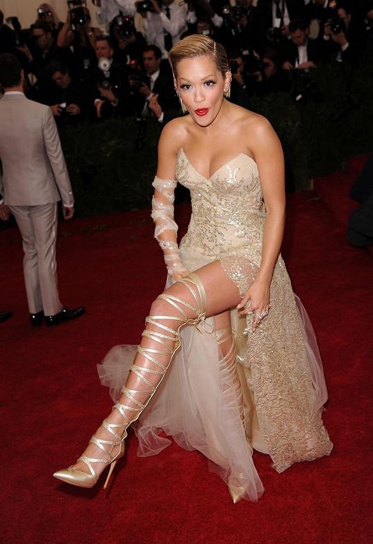 Rita Ora byla prý nevkusně oblečená a především obutá.