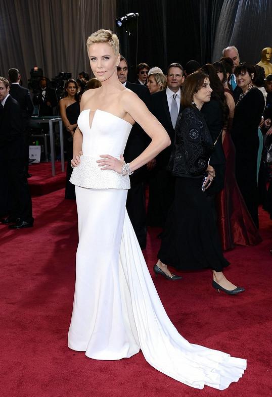 Jak jinak. Tvář parfému J'Adore Charlize Theron se oblékla na Oscary v módním domě Dior. Zaujaly vás více sněhobílé šaty díky svému trendy