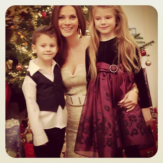Andrea Verešová a její zářící děti u vánočního stromečku.