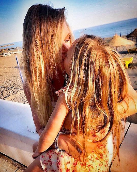 Na plac vzala i své děti, které zajímalo, jak natáčení vypadá. Na snímku s dcerou Lindou.