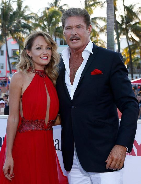 David Hasselhoff a Hayley Roberts na premiéře Pobřežní hlídky