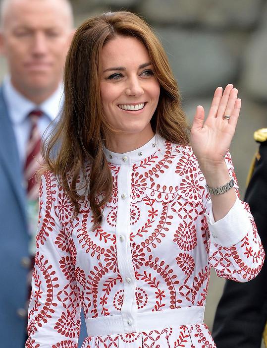 Vévodkyně zvolila šaty v barvách kanadské vlajky.