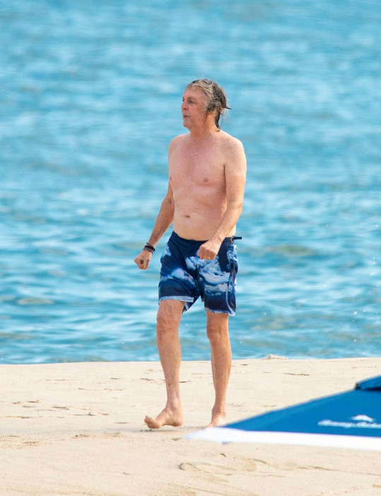 Paul McCartney vyrazil na pláž v Hamptons.