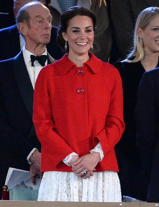 Šaty na sobě měla už před měsícem, ale skryla je kabátkem.