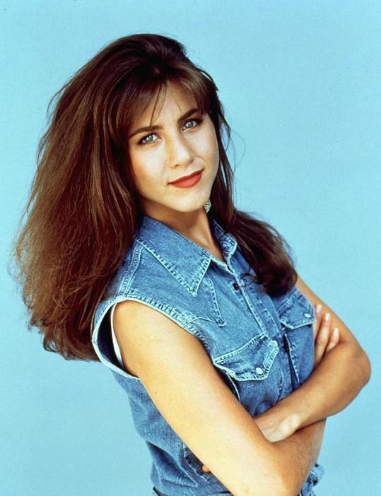 Jennifer Aniston musela kvůli roli Rachel zhubnout. Takhle vypadala v seriálu Edge, ve kterém hrála dva roky před hitem Přátelé.