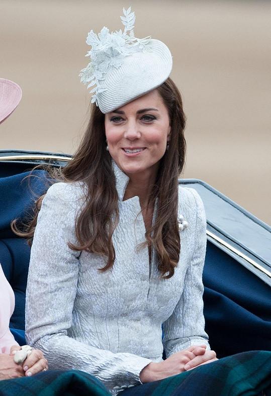 Příjezd monarchů kočárem je součástí oslav.