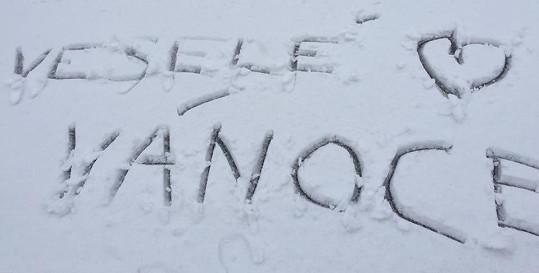 Lucka Vondráčková se ani fotit nemusí, jejím fandům stačí vzkaz ve sněhu a lajkují.