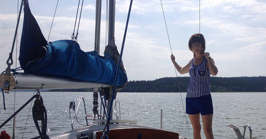Monika umí vzít za práci i na lodi.