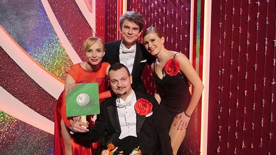 Sedmý večer StarDance byl charitativní. Na snímku zleva Jana Plodková, Jiří Marsín, Kovy a Veronika Lišková.