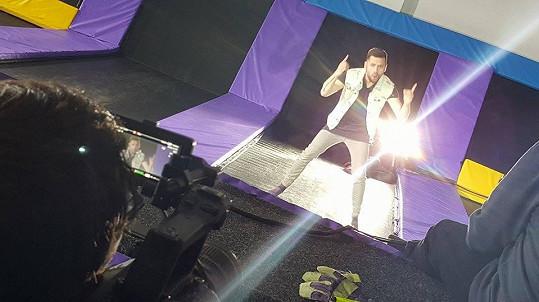 Za sebou má natáčení klipu ke svému singlu.