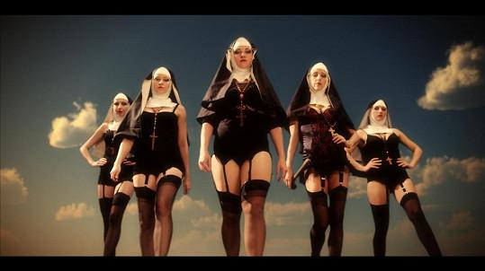 Po boku Santy se vlní lascivní tanečnice a vedle Ježíše zase řádí řádové sestry v podvazcích.