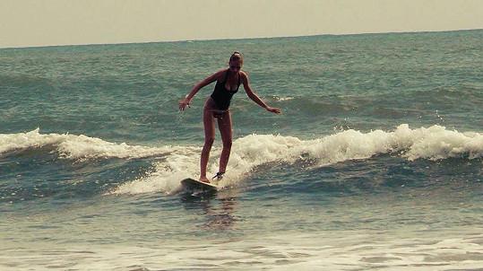 Veronika se na Srí Lance učí surfovat.