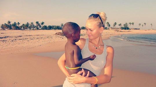 Tereza Fajksová chovala v náručí roztomilé dítě.