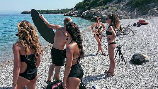 Scéna na oblázkové pláži