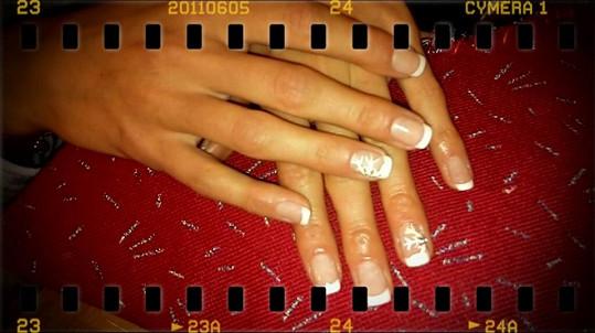 Eliška Bučková se pochlubila vánočně ozdobenými nehty,