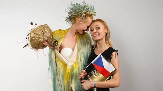 Lenka a Beata se radují z vítězství.
