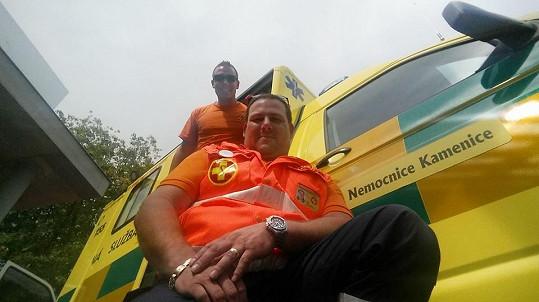 Michal Milbauer ze seriálovou sanitkou. Jako záchranář pracuje i ve skutečném životě. Teď pomáhá v Itálii, kterou postihlo ničivé zemetřesení.