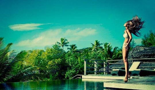 Bungalov, panoramatický bazén a nádherná modelka.