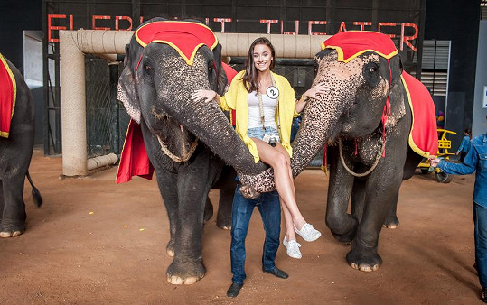 Lucka Dušková měla ze slonů nejdřív strach.