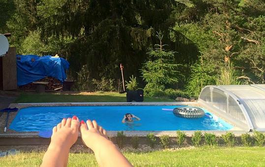 Monika Absolonová si na Šumavě užívá sluníčka i s Tomášovou dcerou.
