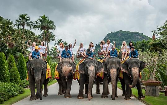 Holky se dokonce projely na hřbetech slonů.
